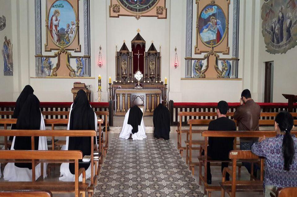 Adoração ao Santíssimo Sacramento no Mosteiro Preciosíssimo Sangue